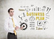 Homem com prancheta e plano de negócios Imagens de Stock Royalty Free