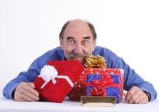 Homem com presentes fotografia de stock royalty free