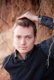 Homem com raiz da árvore no fundo foto de stock