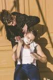 Homem com rapagem da espuma em sua cara e da toalha em torno de seu siti do pescoço Fotos de Stock Royalty Free