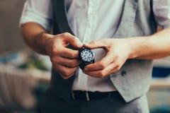 Homem com relógio fotografia de stock royalty free