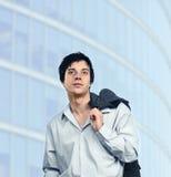 Homem com revestimento cinzento. fotografia de stock