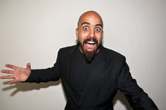 Homem com revestimento preto que grita Fotografia de Stock