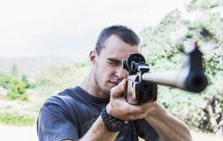 Homem com rifle fotografia de stock