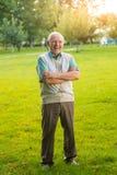 Homem com riso cruzado dos braços imagens de stock royalty free