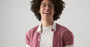 Homem com riso do cabelo encaracolado filme