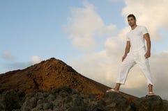 Homem com roupa branca no vulcan Imagens de Stock Royalty Free