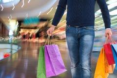 Homem com sacos de compra Fotos de Stock