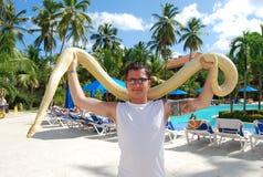 Homem com serpente imagens de stock royalty free