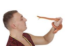 Homem com a serpente de rato vermelha de Texas fotos de stock