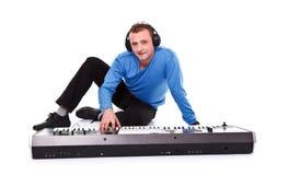 Homem com sintetizador Foto de Stock Royalty Free