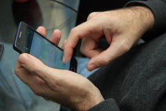 Homem com smartphone Fotos de Stock