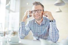 Homem com smartphones Fotografia de Stock