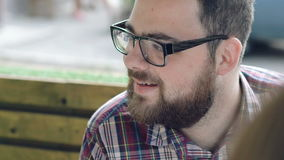 Homem com sorriso dos vidros vídeos de arquivo