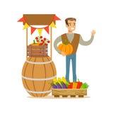 Homem com suporte de legumes frescos, de exploração agrícola de Working At The do fazendeiro e da venda no mercado de produto org Foto de Stock Royalty Free