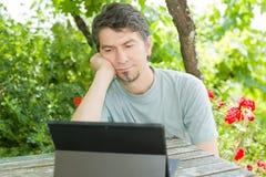 Homem com tabuleta Fotografia de Stock