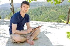 Homem com tabuleta Imagem de Stock
