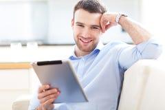 Homem com tabuleta digital imagem de stock
