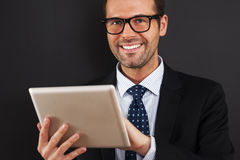 Homem com tabuleta digital imagem de stock royalty free
