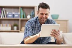 Homem com tabuleta digital foto de stock