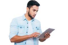 Homem com tabuleta digital fotos de stock royalty free