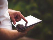 Homem com tabuleta digital fora, perto acima imagem de stock royalty free
