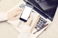 Homem com telefone celular, o portátil e o diário vazios na tabela de madeira, moc imagem de stock royalty free