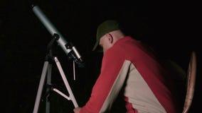 Homem com telescópio vídeos de arquivo