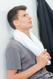 Homem com toalha do suor Fotos de Stock Royalty Free