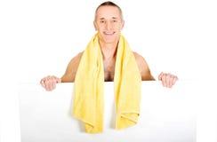 Homem com a toalha em torno do pescoço que guarda a bandeira vazia Imagens de Stock