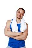 Homem com a toalha que está com os braços dobrados Fotografia de Stock