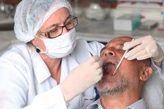 Homem com toothache no dentista fotografia de stock royalty free