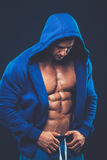 Homem com torso muscular Modelo atlético forte da aptidão dos homens imagens de stock