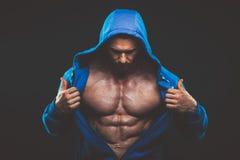 Homem com torso muscular Modelo atlético forte Torso da aptidão dos homens Foto de Stock