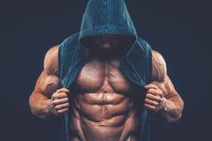 Homem com torso muscular Modelo atlético forte Torso da aptidão dos homens Fotos de Stock