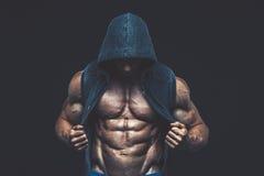 Homem com torso muscular Modelo atlético forte Torso da aptidão dos homens imagem de stock royalty free