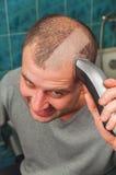 Homem com tosquiadeira de cabelo foto de stock