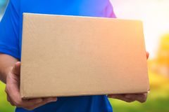 Homem com transporte marrom da entrega do pacote da caixa foto de stock royalty free