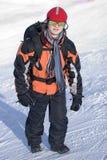 Homem com a trouxa em montanhas do inverno imagem de stock royalty free