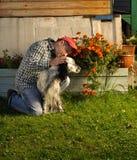 Homem com um cão Fotos de Stock Royalty Free