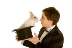 Homem com um coelho em um chapéu Fotos de Stock Royalty Free