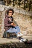 Homem com um gitar bonde Fotos de Stock Royalty Free