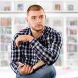 Homem com um livro imagem de stock