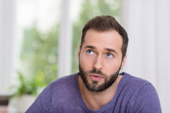 Homem com um pensamento de assento do problema Foto de Stock