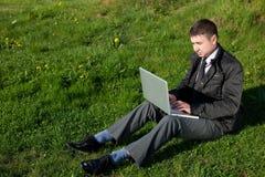 Homem com um portátil fotografia de stock royalty free