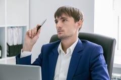 Homem com um portátil no escritório Imagens de Stock