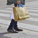 Homem com um saco com o preto sexta-feira do texto Imagens de Stock Royalty Free