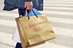 Homem com um saco com a venda do Natal do texto Fotografia de Stock