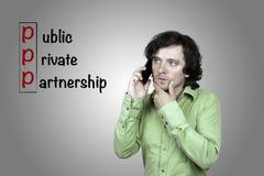 Homem com um smartphone A inscrição no público do fundo imagem de stock royalty free