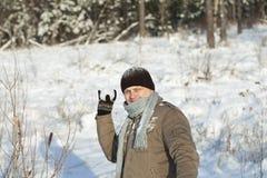 Homem com um snowball Foto de Stock Royalty Free